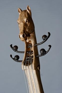 Violoncelle en fer et bois (chêne), tête de cheval et bottine de femme ... ©Thierry Chollat