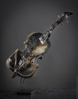 Maruschka - Violon en fer, dentelles, peinture sur toile. L42xH52,5xl39. Thierry Chollat, sculpteur, Isère, France