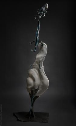 Rhapsodie sélénite Violoncelle en fer, pierre et bois (tilleul). L79xH194xl36,5 ©Thierry Chollat