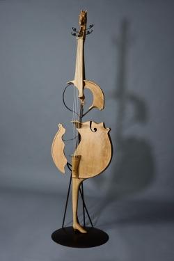Tête de cheval et bottine de femme ... Interprétations d'instruments de Musique Sculpture de violoncelle, fer et bois (chêne). ©Thierry Chollat
