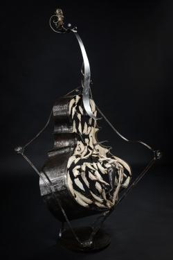 Cadre établi !? [Within the frame !?] Violoncelle en fer et os. L92 x H164 x l53 cm Interprétations d'instruments de Musique ©Thierry Chollat