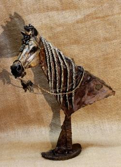Cheval barbe - Sculpture tête de cheval: fer, papier mâché, lin, étain ©Thierry Chollat