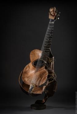 Django. Guitare en fer et bois(Poirier) L41xH113xl32cm Interprétations d'instruments de Musique ©Thierry Chollat