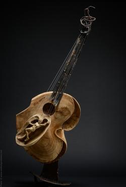 Murmures fugitifs. Guitare fer et bois (cerisier, tilleul ) L43xH109xl30 Thierry Chollat, sculpteur, Isère, France